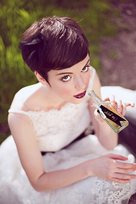 Прически на свадьбу с челкой