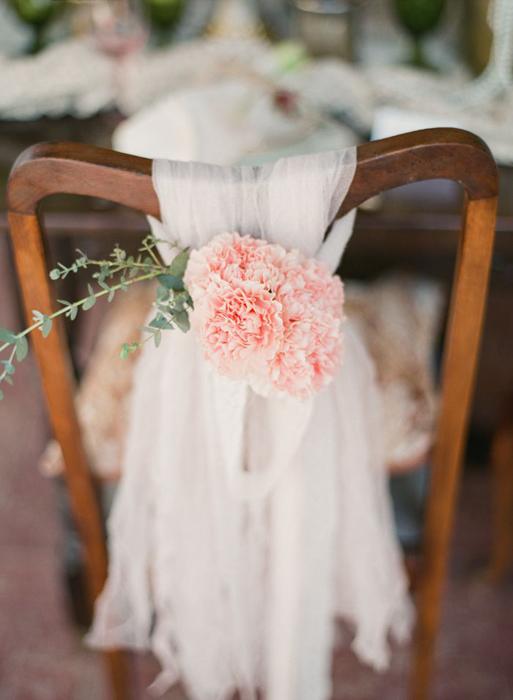 оформление свадебных стульев