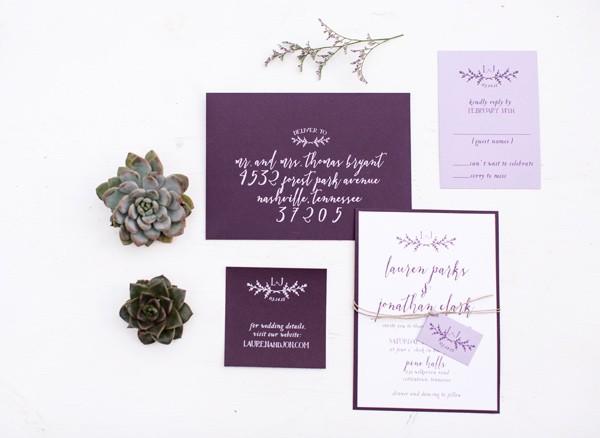 Фиолетово-бежевая свадьба в лесу