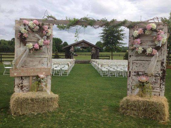 Двери в качестве свадебной арки